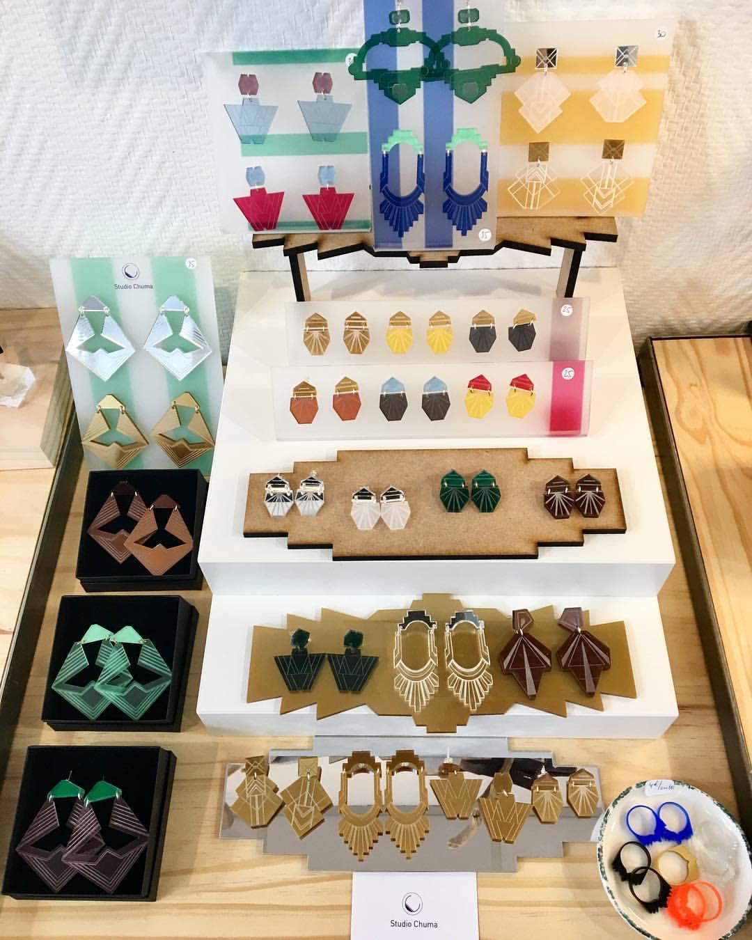 Photographie d'assortiment de boucles d'oreilles du studio Chuma