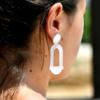 Boucle d'oreille blanche